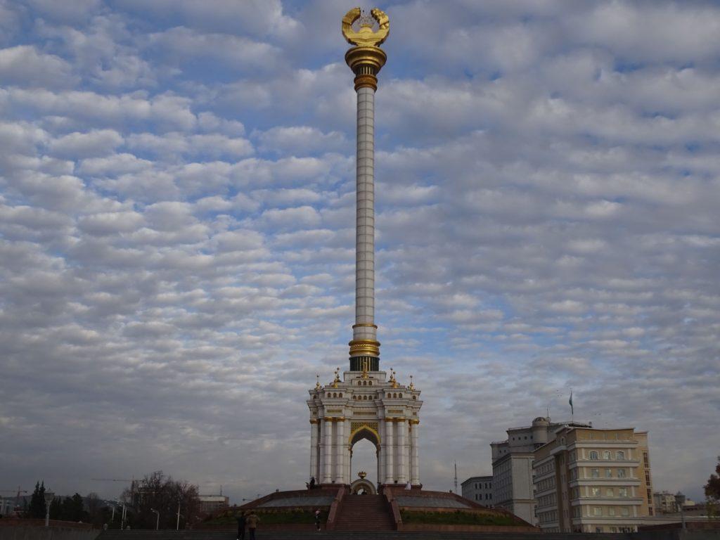 タジキスタン紋章記念碑